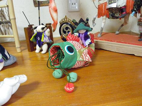 赤い鯉と人形(2体)